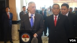 U.S. Defense Secretary Jim Mattis, left, Talks to reporters at a joint conference with his Indonesian counterpart Ryamizard Ryacudu in Jakarta, Indonesia, Tuesday, Jan. 23, 2018. (W. Gallo.VOA)