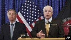Seneta Lindsey Graham(L) na Seneta John McCain
