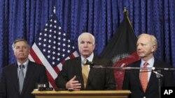 Seneta Lindsey Graham(L), Seneta John McCain(C) na seneta Joe Lieberman(R) wakiwa kwenye mkutano na waandishi wa habari mjini Kabul nchini Afghanistan, Julai 3, 2011