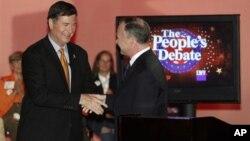 維吉尼亞州共和黨參議員候選人喬治.艾倫和民主黨對手蒂姆.凱恩10月8日在辯論會後握手。