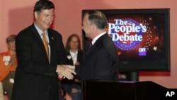 Republikanski kandidat za mesto u Senatu Džordž Alen (L) rukuje se sa demokratskim protivkandidatom Timom Kejnom