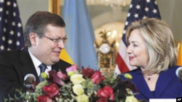 Secretary of State Hillary Rodham Clinton (r) and Ukrainian Foreign Minister Kostyantyn Gryshchenko at the Department of State in Washington,  February 15, 2011
