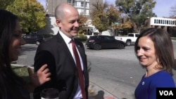 Evan McMullin jokes with running mate Mindy Finn, right, and campaign spokeswoman Rina Shah. (R. Taylor/VOA)