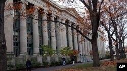 学生们漫步在哈佛法学院的校园里。