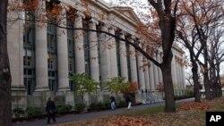 Các sinh viên đi qua khu vực trường Luật Harvard trong khuôn viên trường đại học Harvard ở Cambridge, Massachusetts.