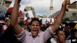 Những người biểu tình vẫy quốc kỳ Jordan và hô to các khẩu hiệu chống nhóm Nhà Nước Hồi giáo.