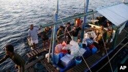 Beberapa anggota angkatan laut Filipina dengan perahu tiba di dekat pangkalan AL Filipina di pulau Palawan, Laut China selatan (31/3). Filipina telah menyita sebuah perahu nelayan Vietnam.
