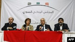 Група сирійських опозиціонерів виступає на зібранні у Стамбулі