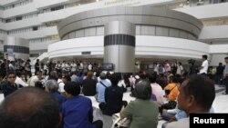 Para aktivis Thailand menanti keputusan Mahkamah Konstitusi terkait amandemen UUD di Bangkok (13/7).