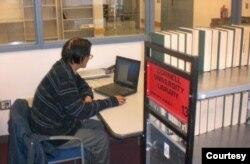 Trần Hoài Thư ngồi trong thư viện Cornell từ khi mái tóc còn xanh đến khi tóc trắng bạc như sương. [nguồn: tư liệu Trần Hoài Thư]