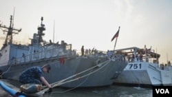 Kapal Perang Amerika Serikat sedang berlabuh di Pelabuhan Tanjung Perak Surabaya (foto: Petrus Riski/VOA).