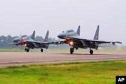 جنوبی بحیرہ چین کے ایک خود ساختہ جزیرے سے چینی جنگی طیارے پرواز کر رہے ہیں