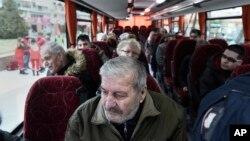 مقامی لوگوں کو بس کے ذریعے منتقل کیا جا رہا ہے