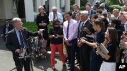 白宫国家安全顾问博尔顿2019年4月30日在白宫外就委内瑞拉局势回答记者提问。