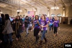 爱奥华大学年轻学生为希拉里·克林顿选战服务。(美国之音记者方正拍摄)