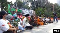 Sejumlah elemen lintas agama di Surabaya menggelar tabur bunga dan doa bersama di depan Gedung negara Grahadi, untuk awak kapal KRI nanggala 402 (foto Petrus Riski/VOA).