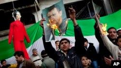 Warga di Idlib, Suriah utara melakukan aksi protes anti Presiden Bashar Al-Assad (foto: ilustrasi).
