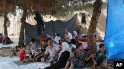 Pengungsi Irak dari kelompok minoritas Yazidi di taman dekat perbatasan Turki-Irak di Zakho, 475 kilometer dari barat laut Baghdad.