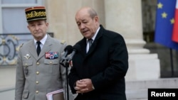 ທ່ານ Jean-Yves Le Drian ລັດຖະມົນຕີປ້ອງກັນປະເທດຝຣັ່ງ (ຂວາ) ຢືນຄຽງຂ້າງກັບນາຍພົນ Pierre Le Jolis de Villiers de Saintignon ຫົວໜ້າເສນາທິການກອງທັບຝຣັ່ງ ກ່າວຕໍ່ບັນດານັກຂ່າວ 10 ທີ່ Elysee Palace ທີ່ປາຣີ, ວັນທີ 12 ມັງກອນ 2015.