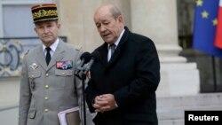 12일 프랑스 파리에서 장 이브 르 드리앙 프랑스 국방장관(오른쪽)이 피에르 르 졸리스 드 빌레르스 드 생티용 육군 참모총장과 기자회견을 하고 있다.