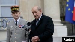 Bộ trưởng Quốc phòng Pháp Jean-Yves Le Drian (phải) và Tham mưu trưởng quốc gia, Tướng Pierre de Villiers phát biểu trước báo giới tại điện Elysee ở Paris, ngày 12/1/2015.
