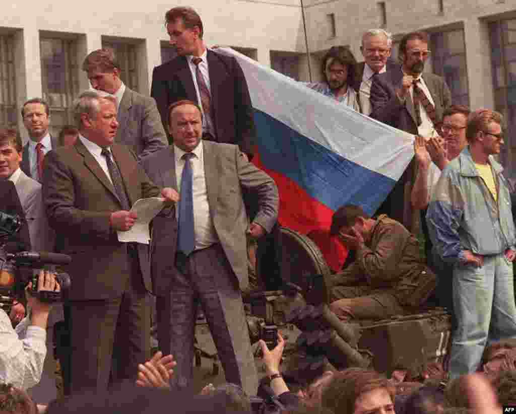 Борис Ельцын на танке у здания парламента