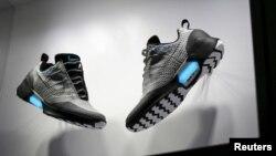 Hình tư liệu - Mẫu giầy tự buộc giây của Nike được trưng bày tại New York, ngày 17/3/2016.