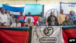 Le candidat de l'opposition Chadema à la présidentielle, Edward Lowassa, au centre, parle aux journalistes à Dar es-Salaam, le 29 octobre 2015, après.