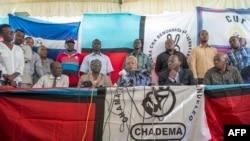 Umkandida wa Chadema mu matora y'umukuru w'igihugu, Edward Lowassa, mu kiganiro n'abamenyeshamakuru i Dar es-Salaam, itariki 29/10/2015
