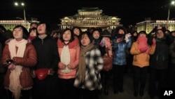 올해 1월1일 북한 청년들이 새해 불꽃놀이를 보기 위해 평양의 김일성 광장에 모였다. (자료사진)