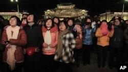 지난 1일 평양에서 열린 새해 불꽃 놀이를 보기 위해 김일성 광장에 북한 주민들이 나와있다. (자료사진)