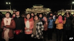지난 1일 북한 평양에서 열린 새해 불꽃 놀이를 보기 위해 김일성 광장에 주민들이 나와있다. (자료사진)