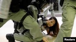 香港警察星期天(11月3)在大埔超級城內拘捕一名示威者。路透社
