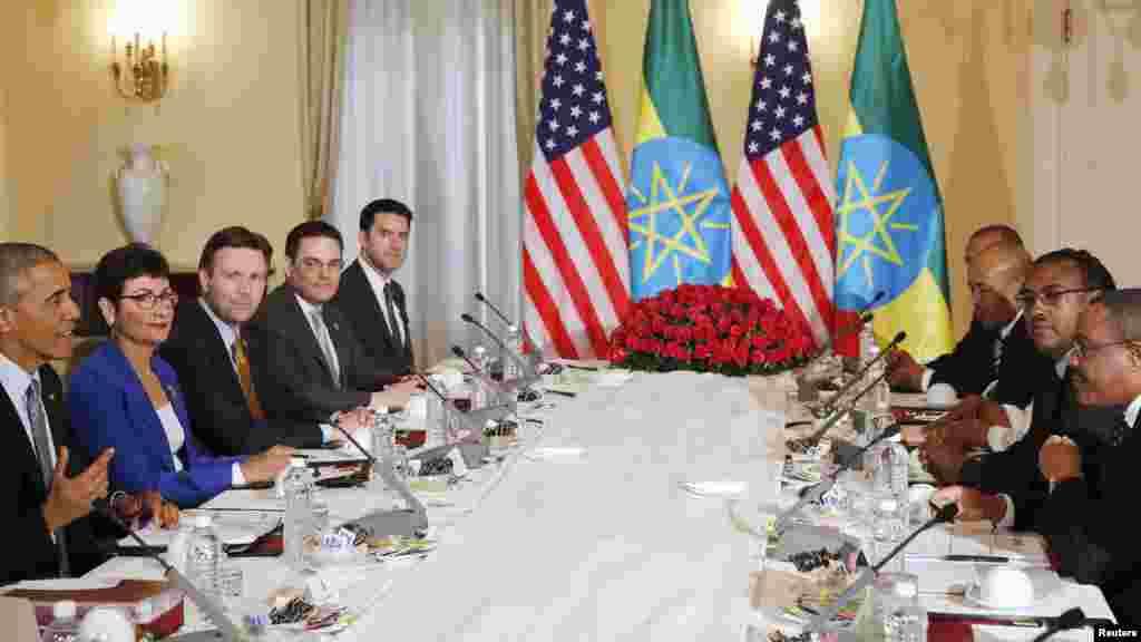 Le président américain Barack Obama et sa délégation dans une réunion bilatérale avec le Premier ministre Ethiopien Hailemariam Desalegn au Palais national à Addis-Abeba, en Ethiopie, le 27 juillet 2015.