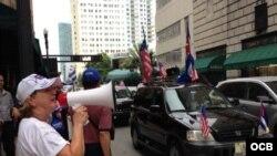 Protesta de cubanos exiliados en Miami ante el consulado de Bahamas (Foto: Ricardo Quintana, OCB).