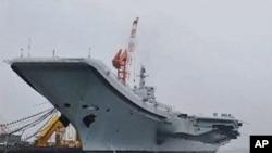 中國第一艘航母7月27日停靠在大連港(資料圖片)