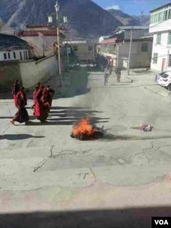 格桑益西自焚现场(美国之音藏语组提供)