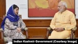 محبوبہ مفتی نئی دہلی میں بھارتی وزیر اعظم نریندر مودی سے ملاقات کر رہی ہیں۔ اکتوبر 2017