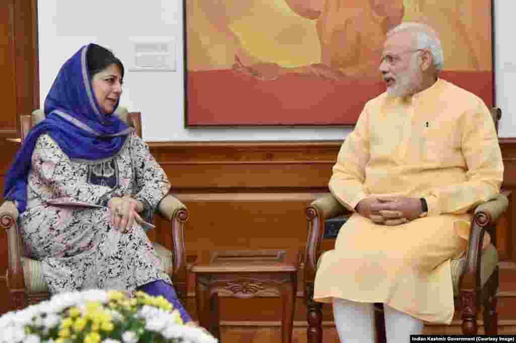 بھارت کے زیر انتظام کشمیر کی وزیر اعلیٰ محبوبہ مفتی بھارتی وزیر اعظم نریندر مودی سے حالیہ صورتحال پر تبادلہ خیال کر رہی ہیں۔