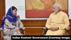 印度总理莫迪(右)会见印控克什米尔首席部长(资料图)