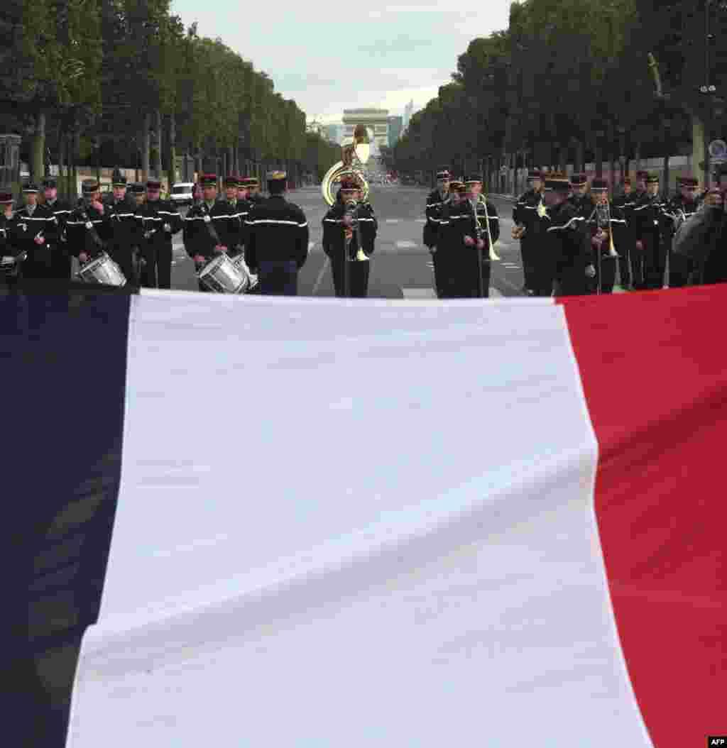 گروه موسیقی ژاندارمری فرانسه در مراسم روز ملی این کشور