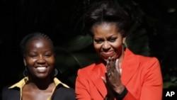 奥巴马夫人在博茨瓦纳首都和女大学生在一起