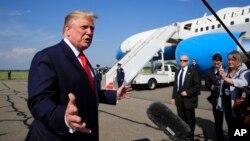 El presidente de EE.UU., Donald Trump, habla con periodistas en el aeropuerto municipal Morristown en Morristown, Nueva Jersey, antes de retornar a la Casa Blanca el domingo, 7 de julio, de 2019.