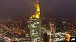 Kantor pusat Commerzbank di Frankfurt, Jerman (foto: dok). Pemerintah AS mendenda Commerzbank $1,45 miliar, Kamis (12/3).