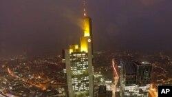 نمایی از ساختمان مرکزی کومرتس بانک در شهر فرانفورت آلمان
