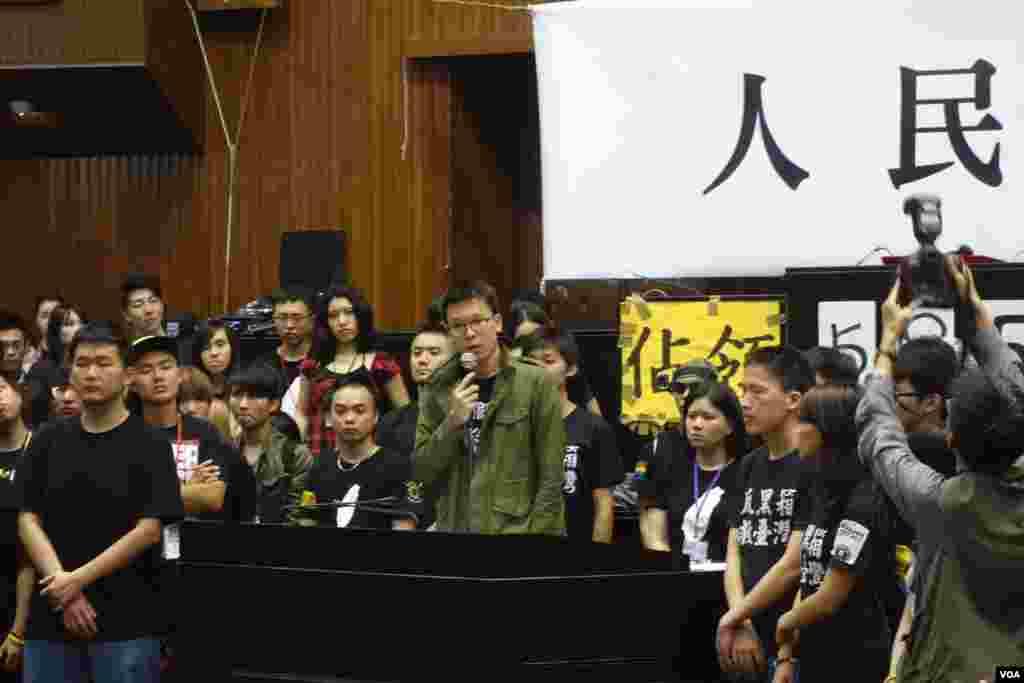 台湾占领立法院学生4月10日在立法院议场发表退场感言 (美国之音张佩芝 拍摄) 3
