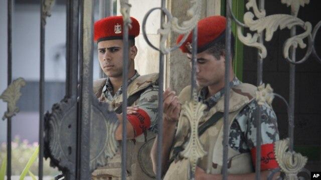 Cảnh sát Ai Cập canh gác bên ngoài bệnh viện Maadi, nơi ông Mubarak đang trong tình trạng hôn mê