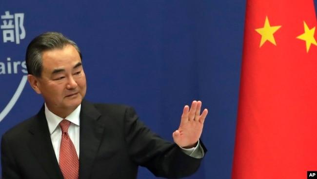 2017年8月30日,中國外交部長王毅於針對金磚國家領導人第九次會晤舉行的中外媒體吹風會後,向大家揮手致意。