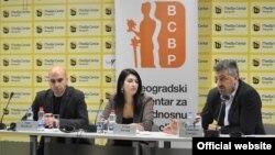 Saša Đorđević i Ivana Jeremić, Istraživači Beogrdskog centra za ljudska prava i novinar Slobodan Georgijev (moderator) na konferenciji u Medijacentru u Beogradu, 17. decembra 2019. (Foto: Medijacentar Beograd)