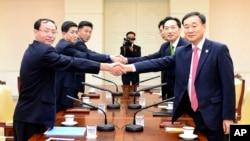 Các giới chức Bắc và Nam Triều Tiên bắt tay nhau trong một cuộc đàm phán về tái tục chương trình đoàn tụ gia đình giữa hai miền.
